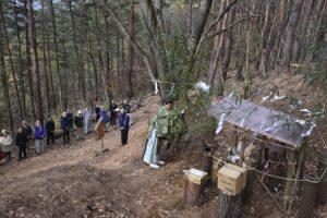 丸子神社の前で神事を行う関係者=西桂町下暮地