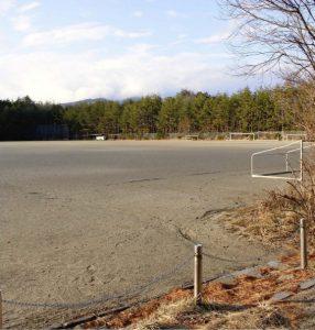 人工芝に切り替える、くぬぎ平スポーツ公園の多目的グラウンド=富士河口湖町小立