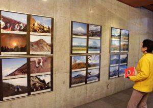 富士山の魅力やレンジャーの活動について紹介する写真展=甲府市立図書館