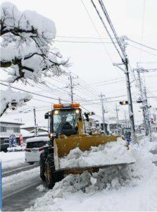 道路の除雪をする重機=富士吉田市内