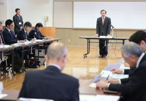 マイカー規制期間などを決めた検討委員会=富士河口湖・富士ふれあいセンター