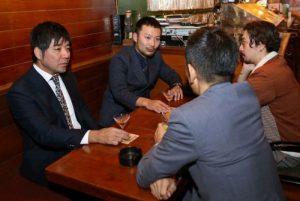 郡内織物の魅力について語り合う小林佑輔さん(左から2人目)ら=富士吉田市下吉田3丁目