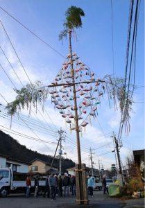 ヒノキに三角形の布袋「ひいち」を飾り付けた梵天竿=都留市十日市場