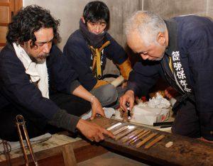 農作物の豊凶などを占う占人ら=富士吉田・小室浅間神社