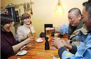 西裏マイスターとお酒を楽しむ女性たち=富士吉田市内