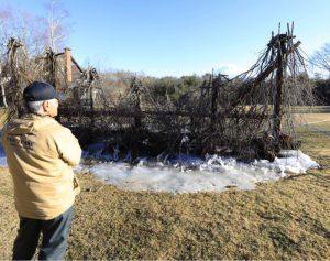 「西湖樹氷まつり」の会場で解けてしまった製作途中の氷のオブジェ。骨組みが見える状態になっている=富士河口湖町西湖