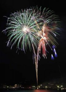 湖面を彩る花火=富士河口湖町浅川
