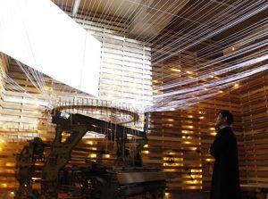 織り機を使用した芸術作品=富士吉田市富士見1丁目
