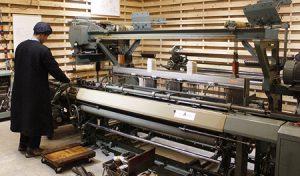 会場に展示されている織り機や部品=富士吉田市富士見1丁目