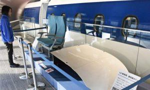 館内に展示されているL0系車両に使われた連結器のカバーやイス=都留・県立リニア見学センター