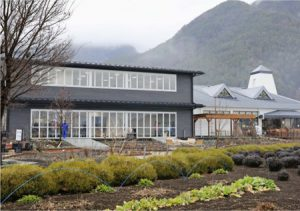 河口湖自然生活館に増設された建物(左)=富士河口湖町大石