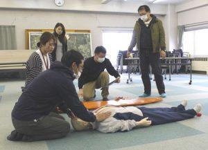外国人男性の救急搬送を想定した英会話を学ぶ消防署員ら=富士五湖消防本部