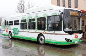 富士急バスが富士五湖エリアの路線で導入する電気バス=富士吉田市新町2丁目