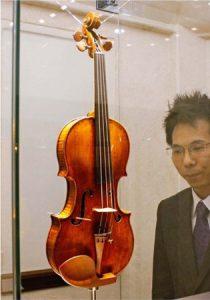 展示されるストラディバリウス=富士河口湖・河口湖音楽と森の美術館