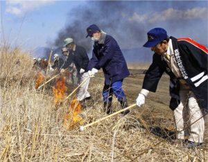 一斉に火をつける関係者=北富士演習場