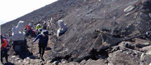 昨年の富士山吉田口登山道で、山頂を目指す登山者。今年は登山道の閉鎖を求める声が出ている(昨年8月3日撮影)