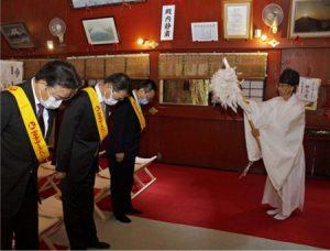 神事に参加する出席者=富士吉田・北口本宮冨士浅間神社