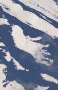 富士山の山肌に現れた鳥のように見える雪形=富士吉田市下吉田9丁目から撮影