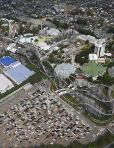 多くの車が並ぶ富士急ハイランドの駐車場。県外ナンバーの車も目立った=山日YBSヘリ「ニュースカイ」(NEWSKY)から