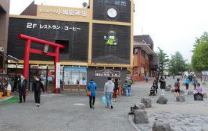 例年は1日当たり5千人以上の観光客が訪れる富士山5合目。20日午前中は数百人にとどまり、外国人観光客の姿もなかった