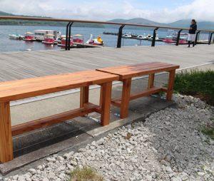 村が設置したベンチ=山中湖畔