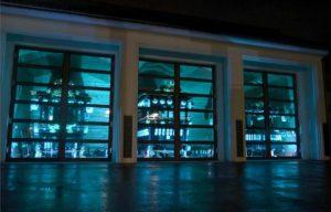 青色にライトアップされた大型屋台の展示庫=都留市上谷2丁目