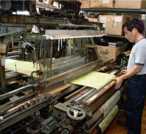 50年ほど前に導入された織機。故障した際、部品の確保が難しくなっている=富士吉田市小明見2丁目