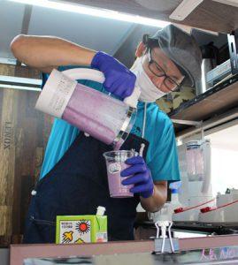 村特産のブルーベリーを使ったスムージーを作る村田龍介さん=富士河口湖町小立