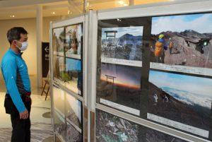 富士山レンジャーが撮影した写真が並ぶ会場=富士河口湖町船津
