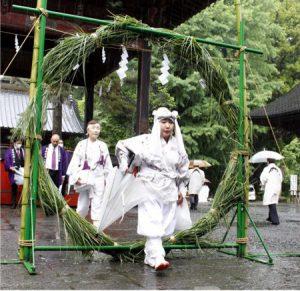 茅の輪をくぐる参加者=富士吉田・北口本宮冨士浅間神社