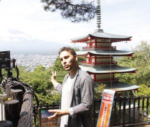 富士吉田市を紹介する動画を撮影するギヨーム・ジャマルさん=富士吉田・新倉山浅間公園