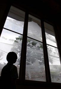 恩賜林記念館に設けられた富士山をデザインしたすりガラス=甲府市丸の内1丁目