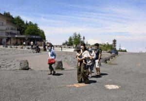 富士山5合目のロータリーを訪れる観光客。例年は混み合うシーズンだが、人影はまばらとなっている