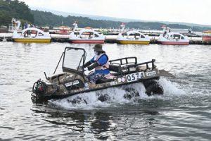 体験プログラムで人気の水陸両用車の試乗体験=山中湖