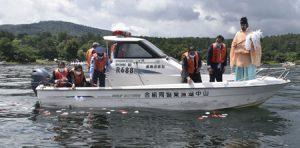 水難事故犠牲者、形代流しで悼む