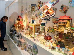シルバニアファミリーの人形や家が並ぶ会場=富士河口湖町小立