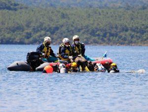 水難事故の対応訓練で人形を引き揚げる参加者=富士河口湖・西湖