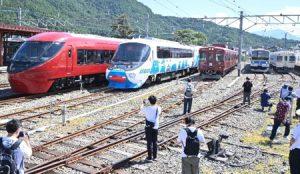 富士急行の5列車が一堂に会した展示イベント=富士河口湖・河口湖駅