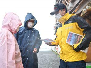 登山道への立ち入り禁止を観光客に呼び掛ける富士吉田署員=富士山5合目