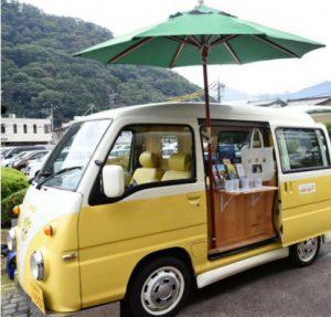 愛称が「つるビークル」に決まった移動型の観光案内車両=都留市役所