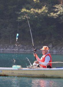 ヒメマスを釣り上げる組合員=本栖湖