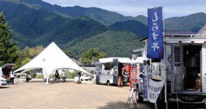 しらす丼などを販売するキッチンカーが並ぶ河口湖屋台村=富士河口湖町河口