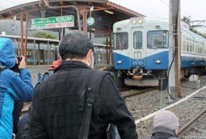 引退を間近に控える1000系1202号編成にカメラを向ける鉄道ファン=富士急行線河口湖駅
