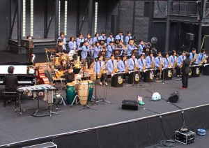 部員32人が出演、ジャズ30曲披露