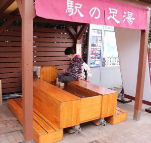 足湯を利用する観光客=富士河口湖町船津