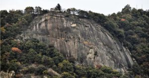 岩が登山道に剥がれ落ちた岩殿山=大月市内