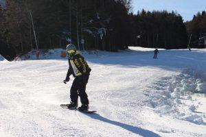 滑りを楽しむスノーボーダー=鳴沢村