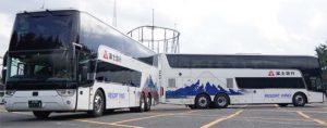 フジエクスプレスが導入した2階建てバス=富士吉田市新西原5丁目