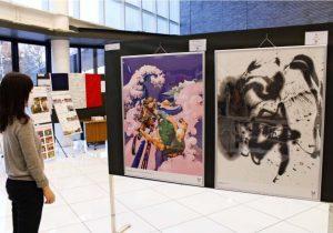 東京五輪・パラリンピックの公式アートポスターなどが並ぶ展示会=富士吉田市民会館