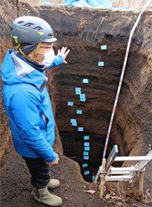 富士噴火の歴史刻む14層